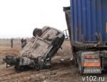 В Волжском лоб в лоб столкнулись легковушка с грузовиком