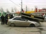 Два человека пострадали при падении рекламного щита на машину