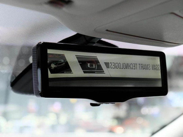 Nissan срастила монитор с зеркалом заднего вида