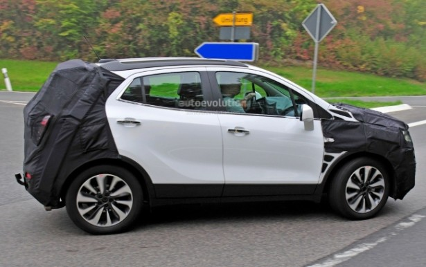Рестайлинговый Opel Mokka 2017 замечен на тестах