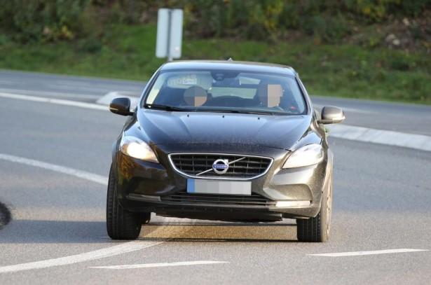 На трассе замечен тестовый вариант кроссовера Volvo XC40