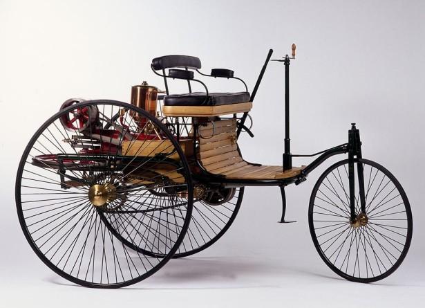 """Benz Patent-Motorwagen, 1886 (Nachbau). Am 29. Januar 1886 meldete Carl Benz sein """"Fahrzeug für Gasmotorenbetrieb"""" zum Patent an. Bildnachweis: Daimler AG"""