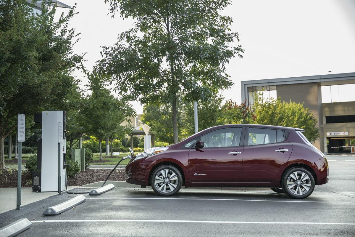 Nissan Leaf (Ниссан Лиф) будет заряжаться без кабеля