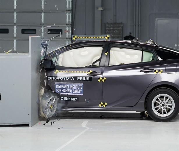 Краш-тест Toyota Prius 2016 Фото 01