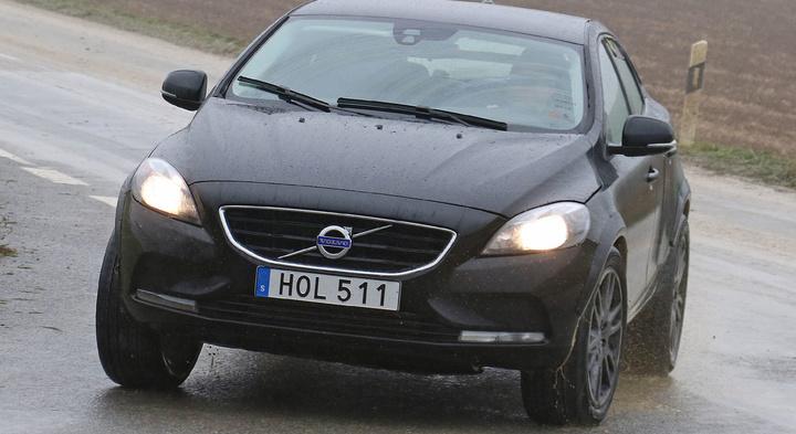 Volvo XC40 замечен на тестах без камуфляжа