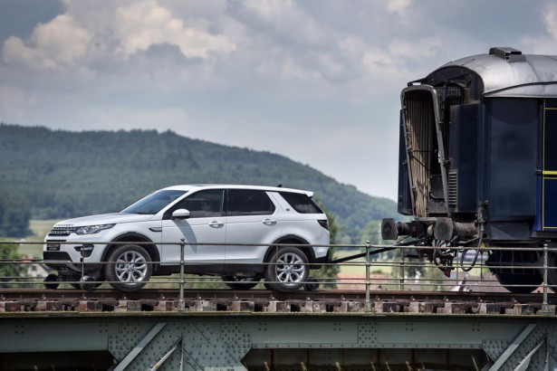Land Rover Discovery Sport буксирует поезд Фото 8