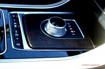 Шайба переключения передач на Jaguar, вместо стандартного рычага выглядит футуристично.