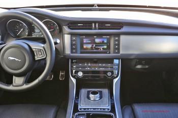 Уже знакомая по всем моделям бренда шайба селектора коробки передач, мультимедийная система и система управления подвеской позволят вам не отвлекаться от прелестей вождения.