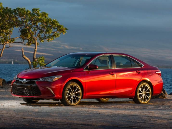 Toyota Camry прочно стоит на позиции лидера в сегменте бизнес-седанов в РФ