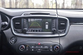 Система кругового обзора выводит на экран вид автомобиля сверху через 4 встроенных в кузов камеры.