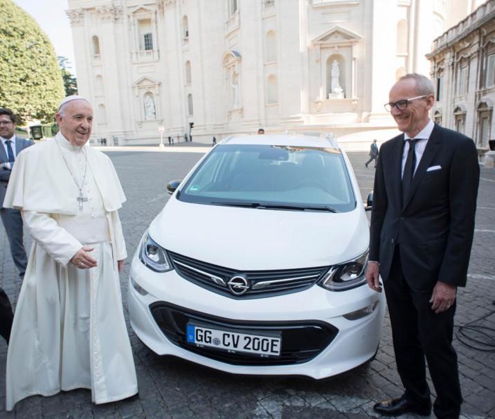 Электромобиль Opel Ampera-e для Папа Франциск.jpeg