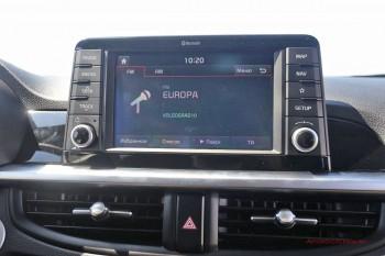 Экран мультимедиа вынесен за пределы панели, как на европейских премиум-моделях.