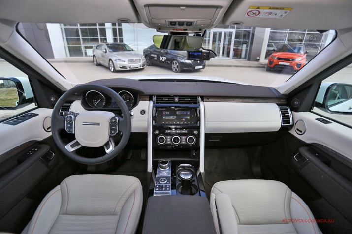 """Интерьер автомобиля унифицировался со старшими внедорожниками Land Rover. На смену брутальной """"кубичности"""" пришел комфорт, но """"командирская посадка"""" осталась прежней."""