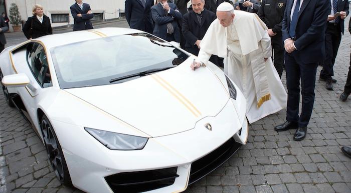 Папа римский решил продать свой «Ламборджини»