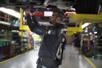 Работники компании Ford используют экзоскелет при производстве