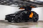 Оранжевый и черный Tesla Model X