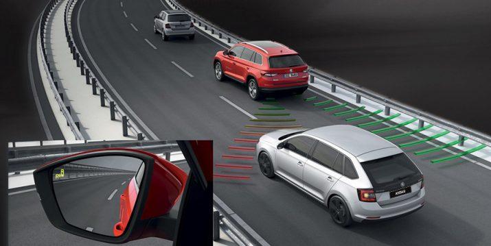 Система контроля слепых зон в ŠKODA KODIAQ  помогает водителю при обгоне и смене полосы движения.