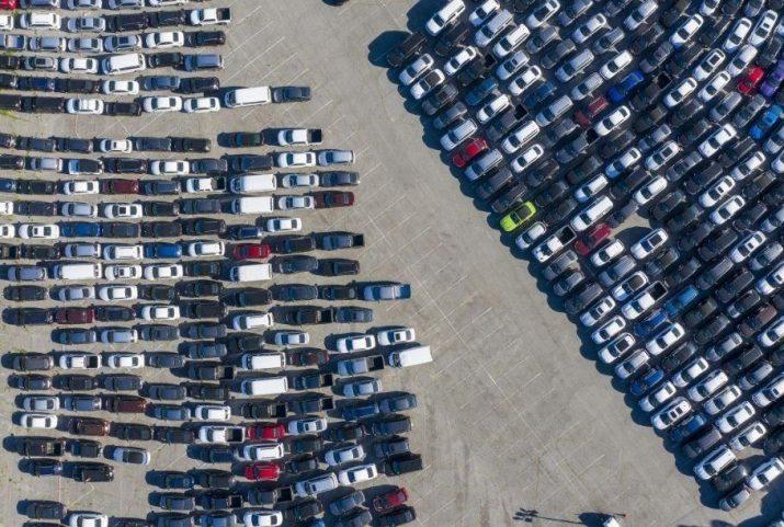 Непроданные автомобили Toyota наводняют стадионы