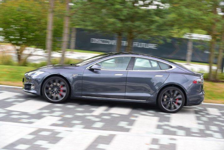 Автомобиль Tesla способен проехать 647 км без подзарядки