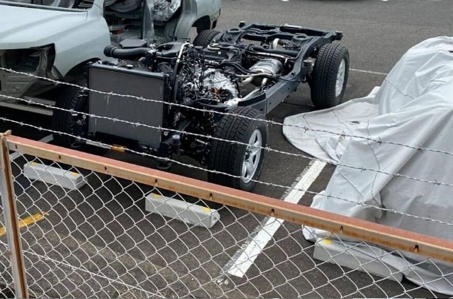На фото попали кузов и шасси рестайлингового Land Cruiser 300