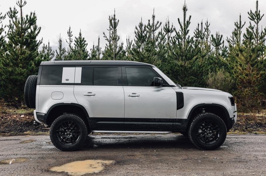 Land Rover сообщил о премьере более длинной вариации Defender на 8 мест