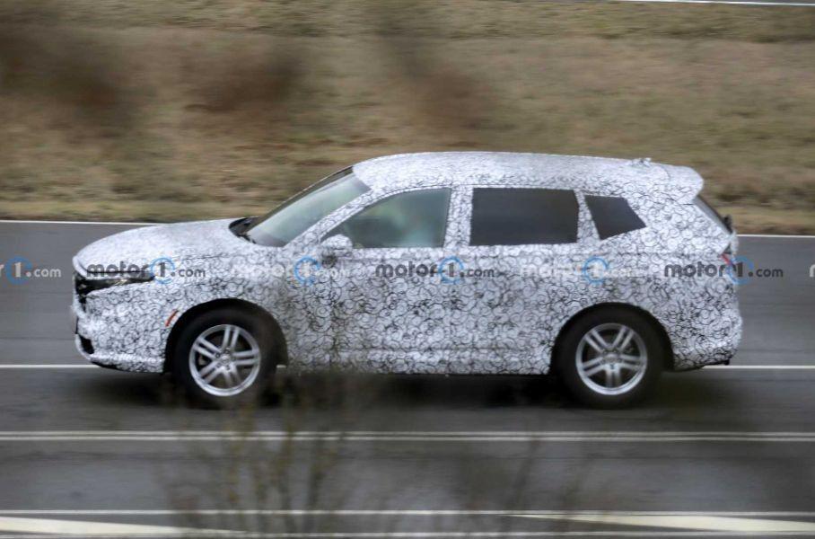 Обновленный Honda CR-V первый раз попал на фото шпионов на магистрали