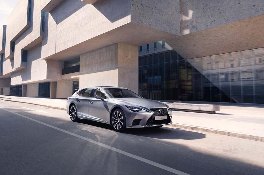 На российском рынке стартовали продажи обновленного седана Lexus LS