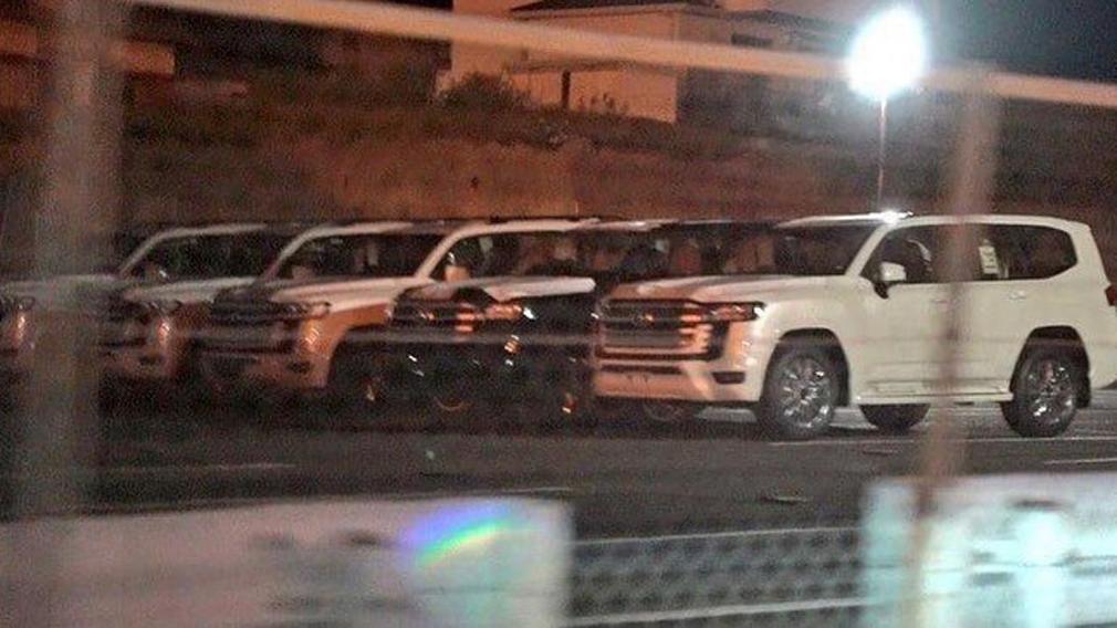 В сети опубликовали фото новой внедорожной модели Toyota Land Cruiser 300 без маскировки